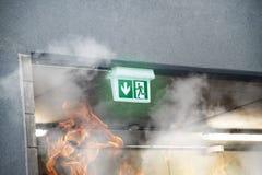 Έξοδος πυρκαγιάς έκτακτης ανάγκης με τις φλόγες καπνού και πυρκαγιάς Στοκ φωτογραφίες με δικαίωμα ελεύθερης χρήσης