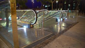 Έξοδος σταθμών μετρό megalopolis νύχτας, άνθρωποι που χρησιμοποιεί τις αστικές δημόσιες συγκοινωνίες φιλμ μικρού μήκους