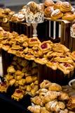 Έξοχα κουλούρια και croissants σε μεγάλες ποσότητες στοκ εικόνες με δικαίωμα ελεύθερης χρήσης