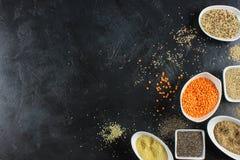 έξοχα τρόφιμα στα κύπελλα στο σκοτεινό έδαφος Στοκ Εικόνα