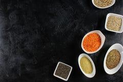 έξοχα τρόφιμα στα κύπελλα στο σκοτεινό έδαφος Στοκ φωτογραφίες με δικαίωμα ελεύθερης χρήσης