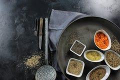 έξοχα τρόφιμα στα κύπελλα στο σκοτεινό έδαφος Στοκ Εικόνες