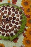 Έξοχη εορταστική σαλάτα με τα σταφύλια - ένα όμορφο πιάτο στοκ φωτογραφία