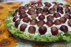 Έξοχη εορταστική σαλάτα με τα σταφύλια - ένα όμορφο πιάτο στοκ φωτογραφία με δικαίωμα ελεύθερης χρήσης