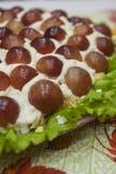 Έξοχη εορταστική σαλάτα με τα σταφύλια - ένα όμορφο πιάτο στοκ εικόνες με δικαίωμα ελεύθερης χρήσης