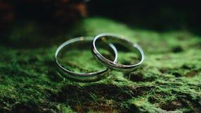 Έξοχη κινηματογράφηση σε πρώτο πλάνο των γαμήλιων δαχτυλιδιών με τις χαραγμένες επιγραφές Θαυμάσιο κόσμημα φιλμ μικρού μήκους
