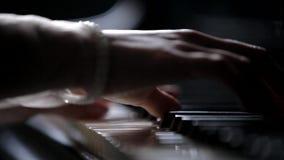 Έξοχη κινηματογράφηση σε πρώτο πλάνο των θηλυκών χεριών Το κορίτσι παίζει το πιάνο Παιχνίδι ενός μουσικού οργάνου απόθεμα βίντεο