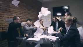 Έξοχος σε αργή κίνηση Οι επιχειρηματίες ρίχνουν τα έγγραφα στον αέρα φιλμ μικρού μήκους