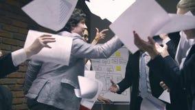 Έξοχος σε αργή κίνηση Οι επιχειρηματίες ρίχνουν τα έγγραφα στον αέρα απόθεμα βίντεο