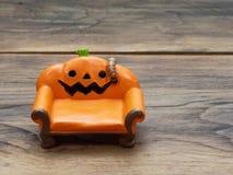 Έξοχο ή γιγαντιαίο σκουλήκι που σέρνεται στον πορτοκαλή μικροσκοπικό κεραμικό καναπέ ή τον καναπέ κολοκύθας πέρα από τη σκοτεινή  στοκ εικόνες