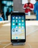 Έξοχο νέο iPhone 8 επίδειξης αμφιβληστροειδών και iPhone 8 συν στη Apple Sto Στοκ Εικόνες