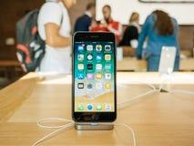 Έξοχο νέο iPhone 8 επίδειξης αμφιβληστροειδών και iPhone 8 συν στη Apple Sto Στοκ φωτογραφία με δικαίωμα ελεύθερης χρήσης