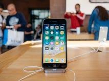 Έξοχο νέο iPhone 8 επίδειξης αμφιβληστροειδών και iPhone 8 συν στη Apple Sto Στοκ Φωτογραφία