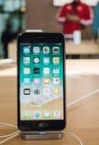 Έξοχο νέο iPhone 8 επίδειξης αμφιβληστροειδών και iPhone 8 συν στη Apple Sto Στοκ εικόνες με δικαίωμα ελεύθερης χρήσης