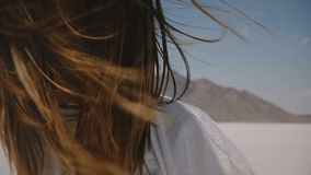 Έξοχο πορτρέτο τρόπου ζωής κινηματογραφήσεων σε πρώτο πλάνο του ευτυχούς νέου χαμόγελου γυναικών στη κάμερα με την πετώντας τρίχα φιλμ μικρού μήκους