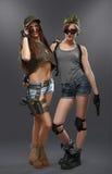 Έξοχο προκλητικό κορίτσι δύο επάνω στα όπλα Στοκ Φωτογραφία