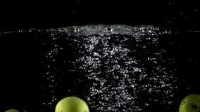 Έξοχο σε αργή κίνηση βίντεο: πέφτοντας τέσσερις πράσινοι μήλα και παφλασμοί του νερού φιλμ μικρού μήκους