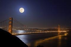 Έξοχο φεγγάρι που επισκέπτεται τη χρυσή γέφυρα πυλών Στοκ Φωτογραφίες