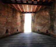 Έξοδος ενός σκοτεινού δωματίου, φως στο τέλος της σήραγγας Στοκ Εικόνες