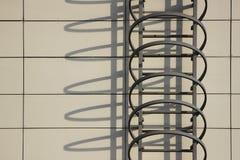 Έξοδος και σκιά κινδύνου στον τοίχο ενός κτιρίου γραφείων Στοκ Εικόνες