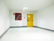 Έξοδος κινδύνου οικοδόμησης με το σημάδι εξόδων στην πόρτα Στοκ εικόνα με δικαίωμα ελεύθερης χρήσης