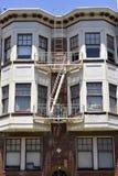 έξοδος κινδύνου στο Σαν Φρανσίσκο, χτίζοντας με τα παράθυρα και τα σκαλοπάτια έκτακτης ανάγκης Στοκ Εικόνα