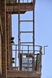 έξοδος κινδύνου στο Σαν Φρανσίσκο, χτίζοντας με τα παράθυρα και τα σκαλοπάτια έκτακτης ανάγκης Στοκ Εικόνες