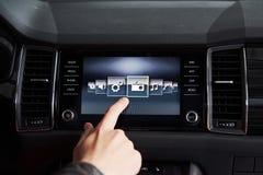 Έξυπνα αυτοκίνητο και Διαδίκτυο της έννοιας πραγμάτων IOT Σημείο δάχτυλων στην κονσόλα αυτοκινήτων ` s και εικονίδια υπερεμφανιζό Στοκ φωτογραφίες με δικαίωμα ελεύθερης χρήσης