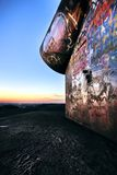 Έξυπνα γκράφιτι σε μια απόρριψη μεταλλείας στην περιοχή του Ρουρ κατά τη διάρκεια του ηλιοβασιλέματος Στοκ Εικόνες
