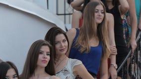 Έξυπνα κορίτσια που στέκονται στα βήματα και το χαμόγελο απόθεμα βίντεο