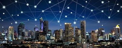 Έξυπνα πόλη και Διαδίκτυο των πραγμάτων, ασύρματο networ επικοινωνίας Στοκ φωτογραφίες με δικαίωμα ελεύθερης χρήσης