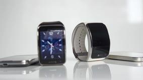Έξυπνα ρολόι και smartphone απόθεμα βίντεο