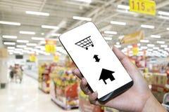 Έξυπνες τηλεφωνικές σε απευθείας σύνδεση αγορές στο χέρι γυναικών στοκ εικόνες με δικαίωμα ελεύθερης χρήσης