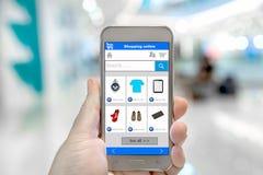 Έξυπνες τηλεφωνικές σε απευθείας σύνδεση αγορές στο χέρι ατόμων Στοκ εικόνες με δικαίωμα ελεύθερης χρήσης
