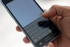 Έξυπνη αφή phon και χεριών στο αριθμητικό πληκτρολόγιο Στοκ εικόνα με δικαίωμα ελεύθερης χρήσης