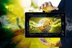 Έξυπνη γήινη σφαίρα χεριών κοντά στην αλυσίδα με το πλαίσιο Στοκ φωτογραφίες με δικαίωμα ελεύθερης χρήσης