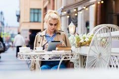 Έξυπνη γυναίκα σπουδαστής που χρησιμοποιεί το μαξιλάρι αφής για την προετοιμασία για τις διαλέξεις πριν από την έναρξη των διαλέξ Στοκ φωτογραφία με δικαίωμα ελεύθερης χρήσης