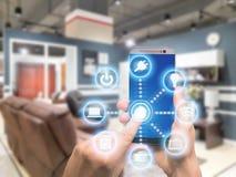 Έξυπνη εγχώρια αυτοματοποίηση app σε κινητό με το εγχώριο εσωτερικό στο backgr Στοκ φωτογραφίες με δικαίωμα ελεύθερης χρήσης