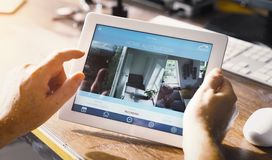 Έξυπνη εγχώρια συσκευή - εγχώριος έλεγχος Στοκ Φωτογραφίες