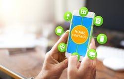 Έξυπνη εγχώρια συσκευή - εγχώριος έλεγχος app στο smartphone Στοκ Εικόνα