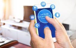 Έξυπνη εγχώρια συσκευή - εγχώριος έλεγχος app στο smartphone Στοκ εικόνα με δικαίωμα ελεύθερης χρήσης