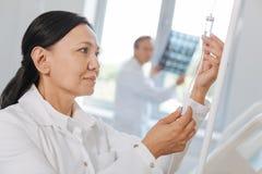 Έξυπνη επαγγελματική νοσοκόμα που πιέζει το κουμπί Στοκ εικόνες με δικαίωμα ελεύθερης χρήσης