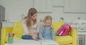 Έξυπνη μαθήτρια με το mum που μελετά στο σπίτι φιλμ μικρού μήκους