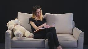 Έξυπνη νέα γυναίκα που κάνει τις σημειώσεις με τη χαρά φιλμ μικρού μήκους