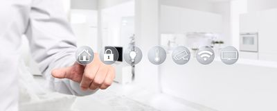 Έξυπνη οθόνη αφής χεριών εγχώριας αυτοματοποίησης με τα σύμβολα στο εσωτερικό στοκ φωτογραφία με δικαίωμα ελεύθερης χρήσης