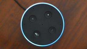 Έξυπνη ομιλητών τοπ άποψης τεχνητής νοημοσύνης βοηθητική φωνής ενεργοποίηση κουμπιών δαχτυλιδιών ελέγχου μπλε απόθεμα βίντεο