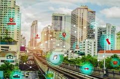 Έξυπνη πόλη και ασύρματη έννοια IOT Διαδίκτυο δικτύων επικοινωνίας του πράγματος, με την ευκολία στοκ εικόνα με δικαίωμα ελεύθερης χρήσης