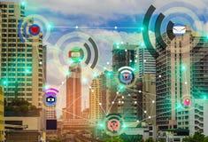 Έξυπνη πόλη και ασύρματη έννοια IOT Διαδίκτυο δικτύων επικοινωνίας του πράγματος, με την ευκολία στοκ εικόνες