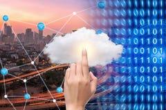 Έξυπνη πόλη με την τεχνολογία σύνδεσης wifi και υπολογισμού σύννεφων Στοκ Φωτογραφίες