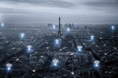 Έξυπνη πόλη του Παρισιού scape και έννοια σύνδεσης δικτύων, ασύρματη Στοκ Φωτογραφίες